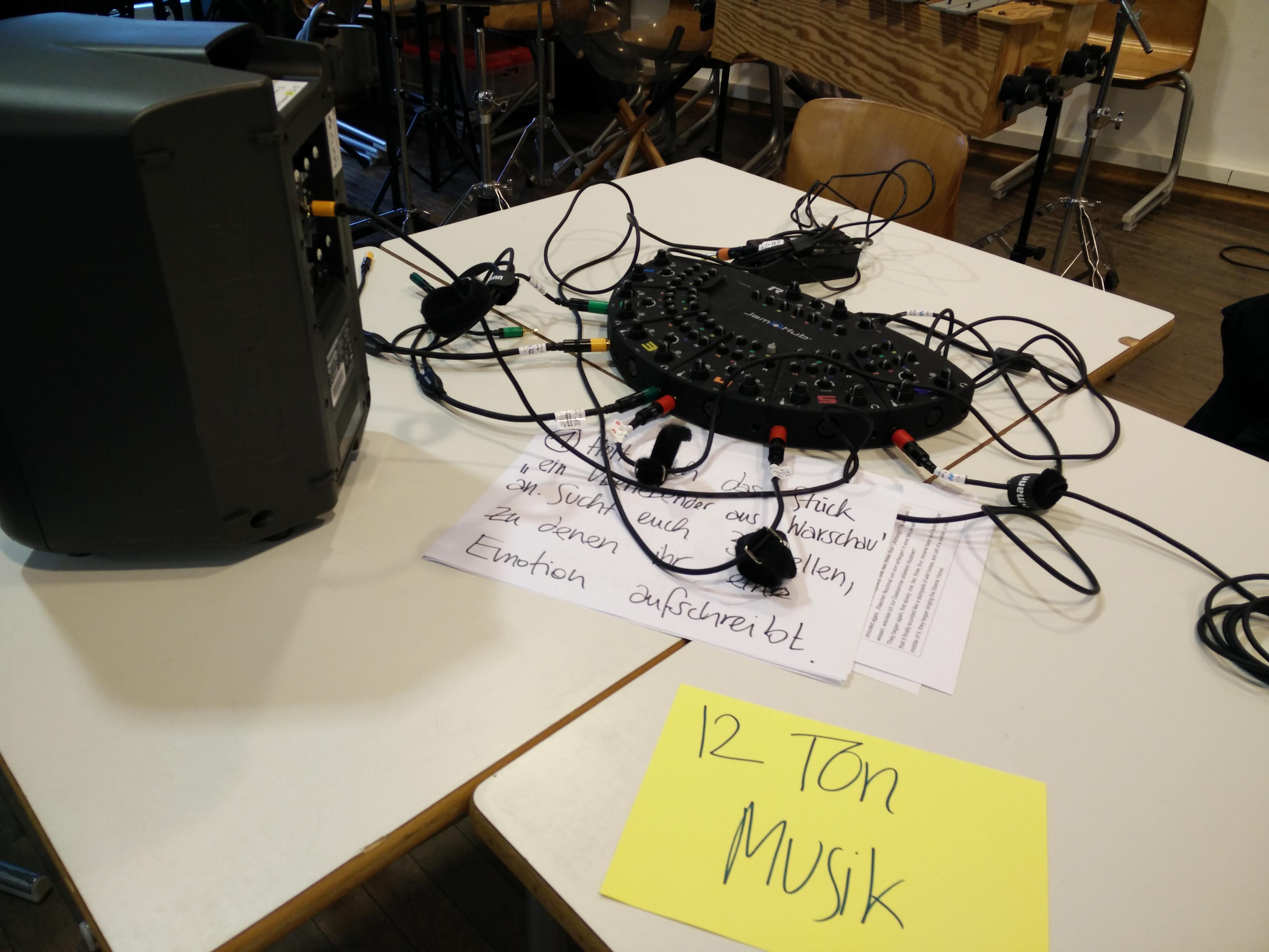 """Unterrichtsstunde zur Zwölftonmusik. """"Home base"""" der Arbeitsgruppen. (Foto: Judith Seipold)"""