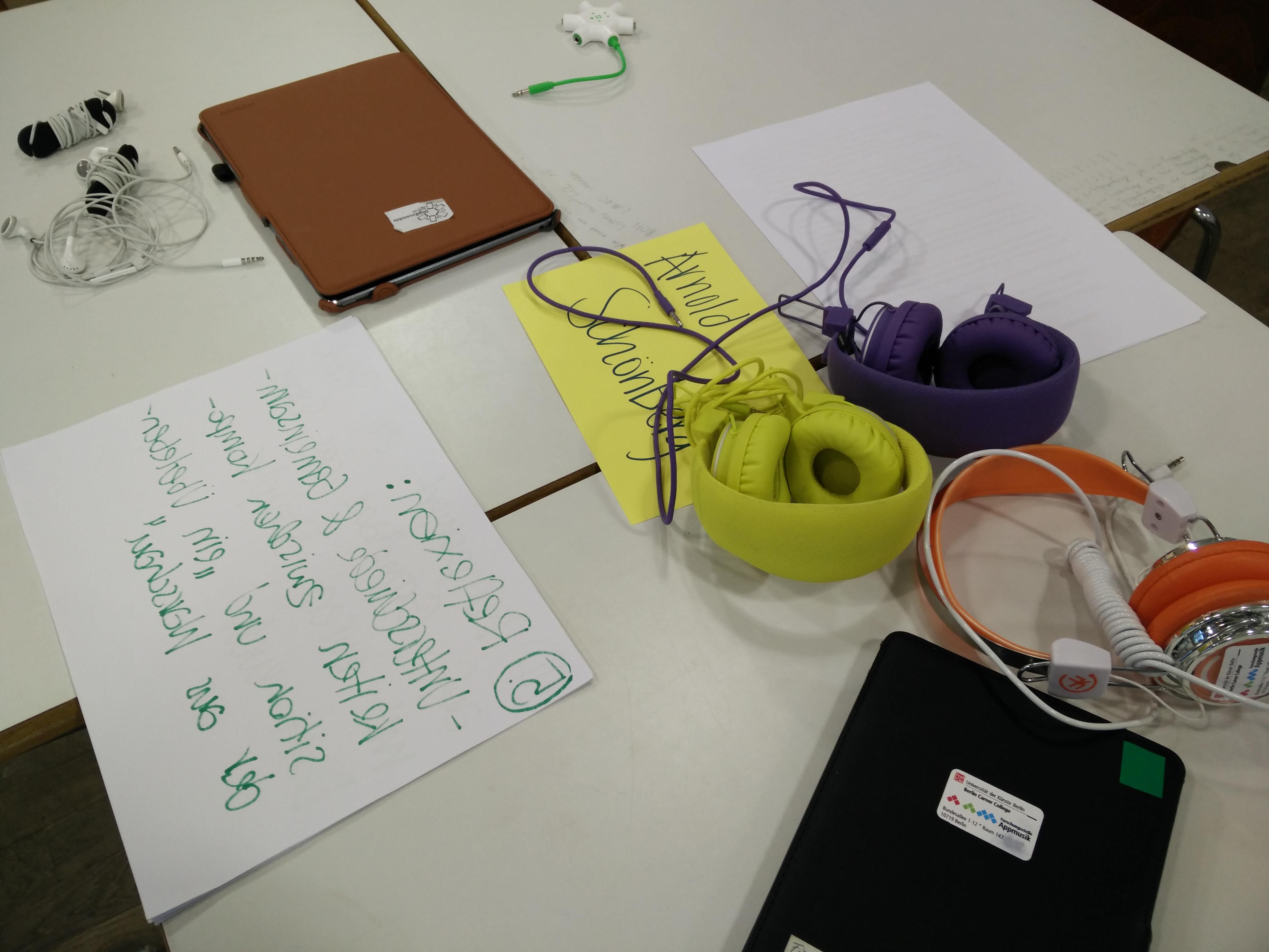 Unterrichtsstunde zur Zwölftonmusik. Arbeitsgeräte für die Gruppenarbeit vorbereitet (Foto: Judith Seipold).